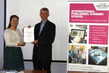 Yu Ruiping receiving her award